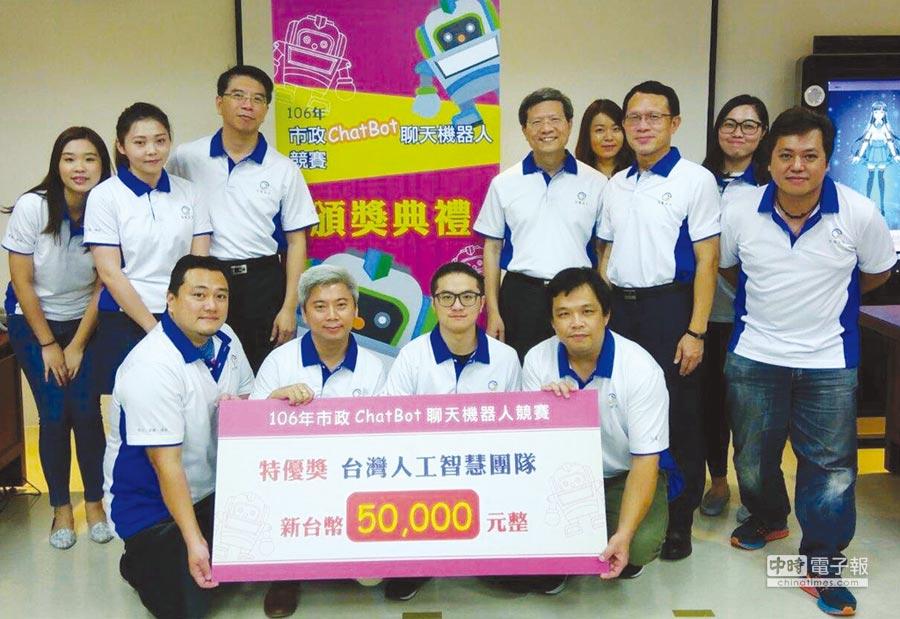 程曦資訊執行長黃士軍(後排左三)與奪得特優獎的「台灣人工智能團隊」